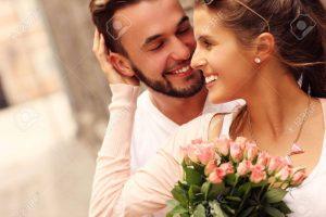 42863361-un-ritratto-di-una-giovane-coppia-romantica-con-fiori-in-città