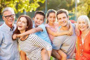 31065503-outdoor-ritratto-di-famiglia-multigenerazionale-nel-parco
