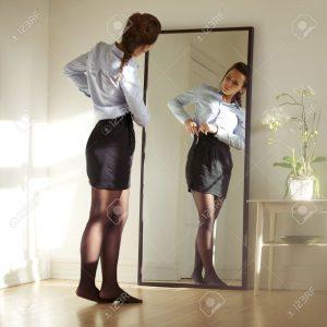25388282-piuttosto-giovane-imprenditrice-che-fissa-la-gonna-davanti-allo-specchio-bello-modello-caucasico-fem